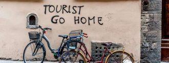 """Turistas, volved a casa"", reza este grafiti en el centro de Barcelona."