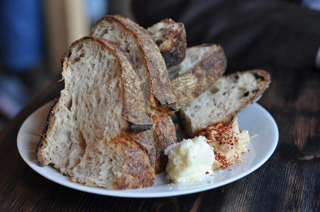 Tradicional pan con mantequilla.