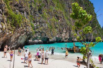 Maya Bay repleta de turistas.