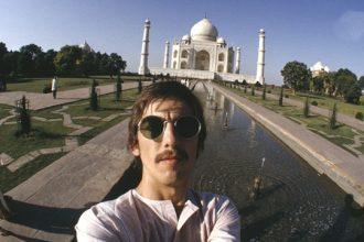 George Harrison haciéndose un selfie.
