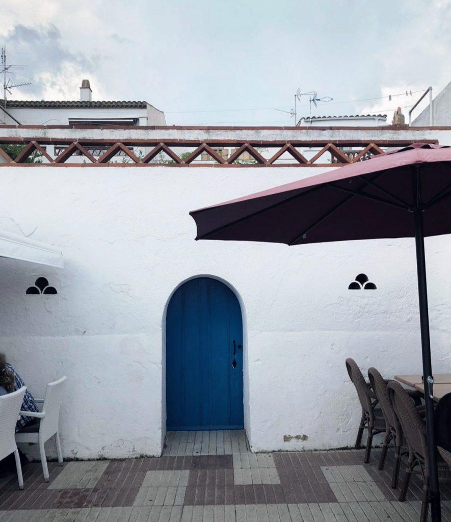 casa mediterránea azul y blanco nokton magazine