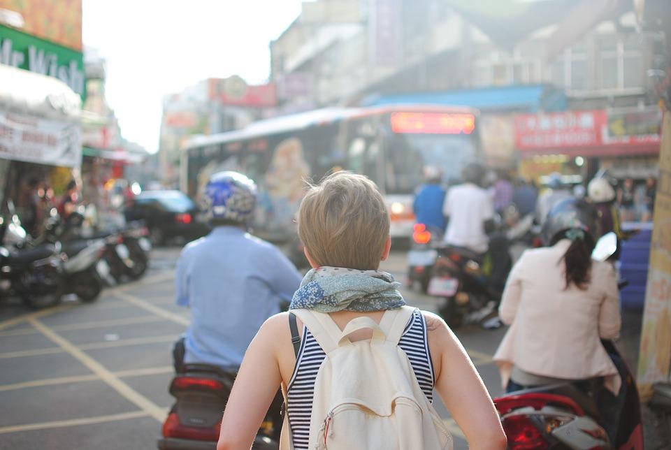 Mujer viajando sola.
