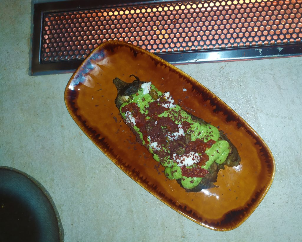 Berenjena asada con pesto, mozzarella & rayadura de corazón de atún.