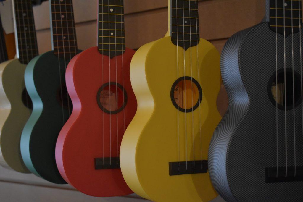 Aprender a tocar ukelele.