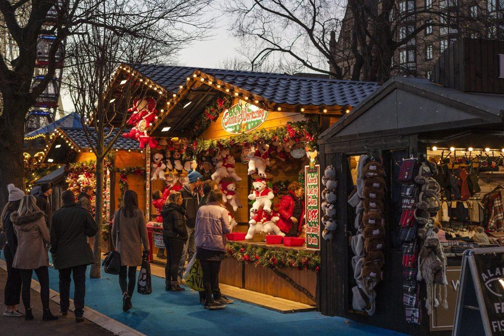 Escoger regalos en los mercadillos de Navidad.