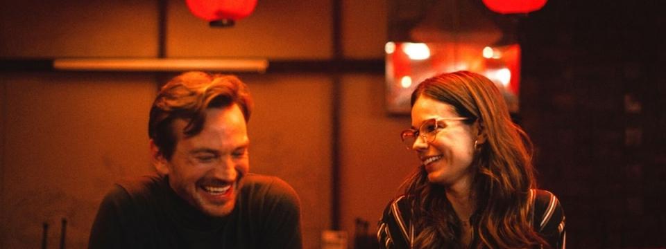 Laia Costa y Guillermo Pfening en un fotograma de 'Foodie love'.