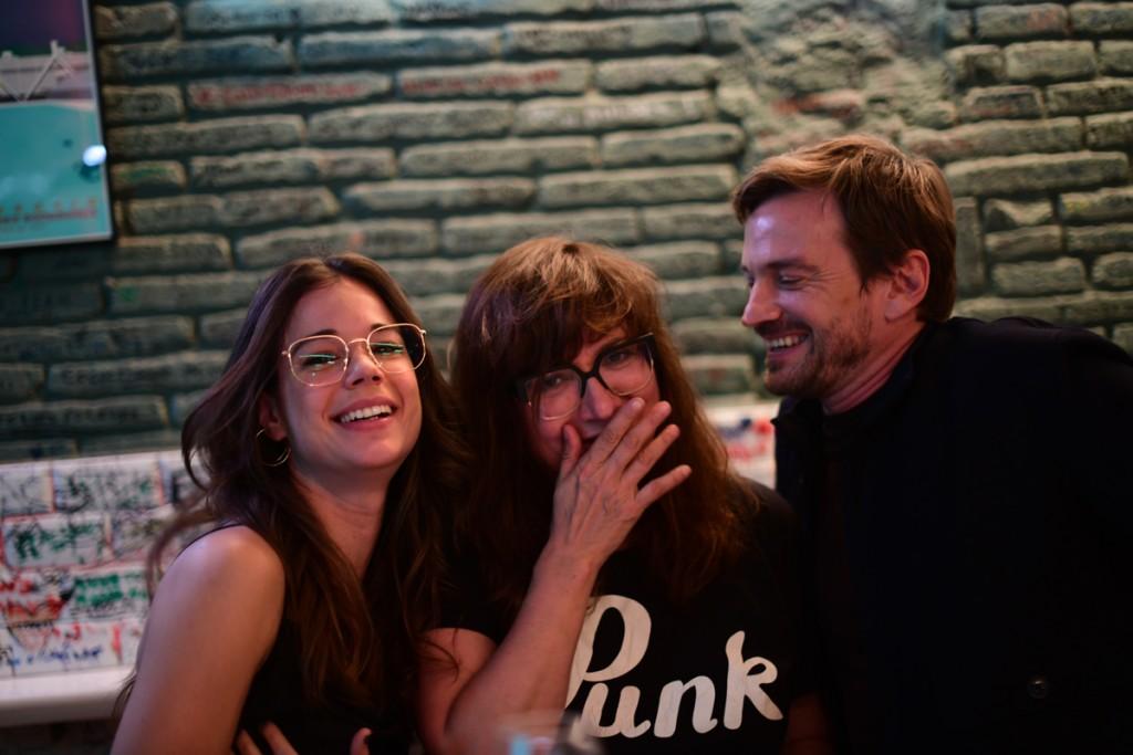 La directora Isabel Coixet con Laia Costa y Guillermo Pfening.